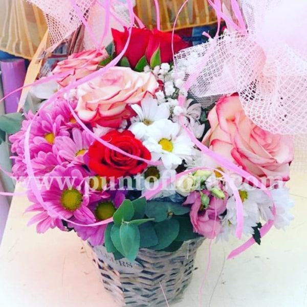 cestino con gerbere fuchsia margherite bianche e rose rosse online